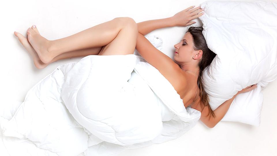 sova naken