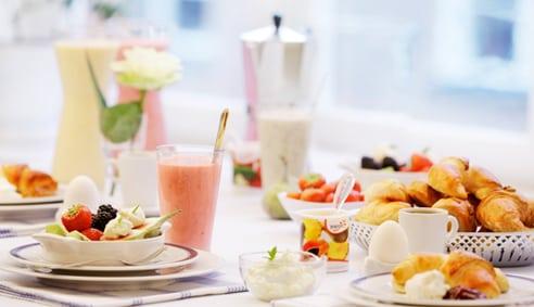 Unga tjejer hoppar över frukosten för att gå ner i vikt