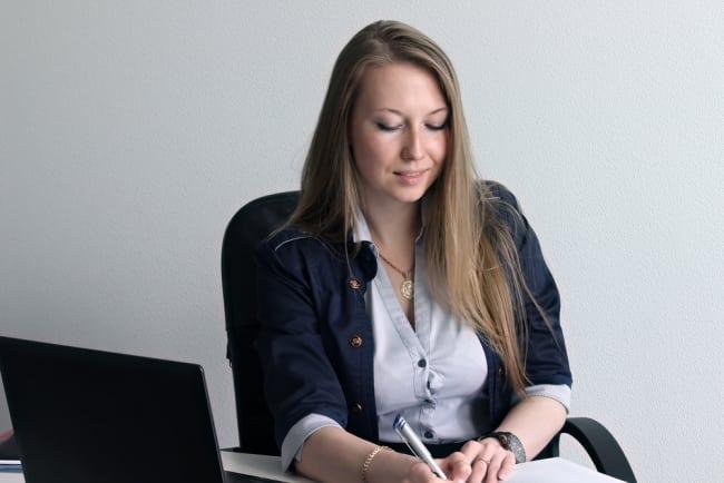 Kvinnor får inte ha urringat på arbetsplatsen