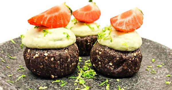 Söta veganska chokladcupcakes med avokado- och limefrosting