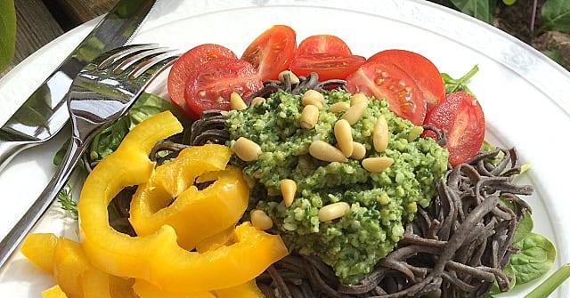 Recept: Spagetti av svarta bönor med pesto