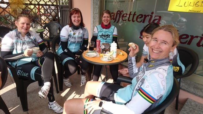 Tjejerna som njuter av utsikten från den italienska cykelsitsen