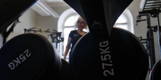 10 saker styrketränande tjejer gör – och skäms för
