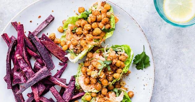 Kikärtstacos med lila sötpotatispommes - recept på World Meat Free Day