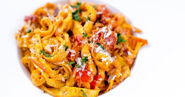 Lyxig räkpasta med saffran och tomat - recept