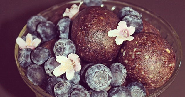 Rawfoodbollar med blåbärssmak - recept från Hanna´s Kitchen