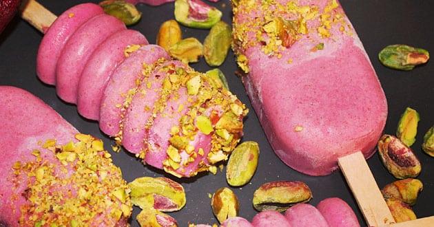 Kokos och rödbetsglass toppad med pistagenötter