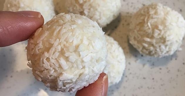 Proteinbollar med smak av jordgubb och kokos
