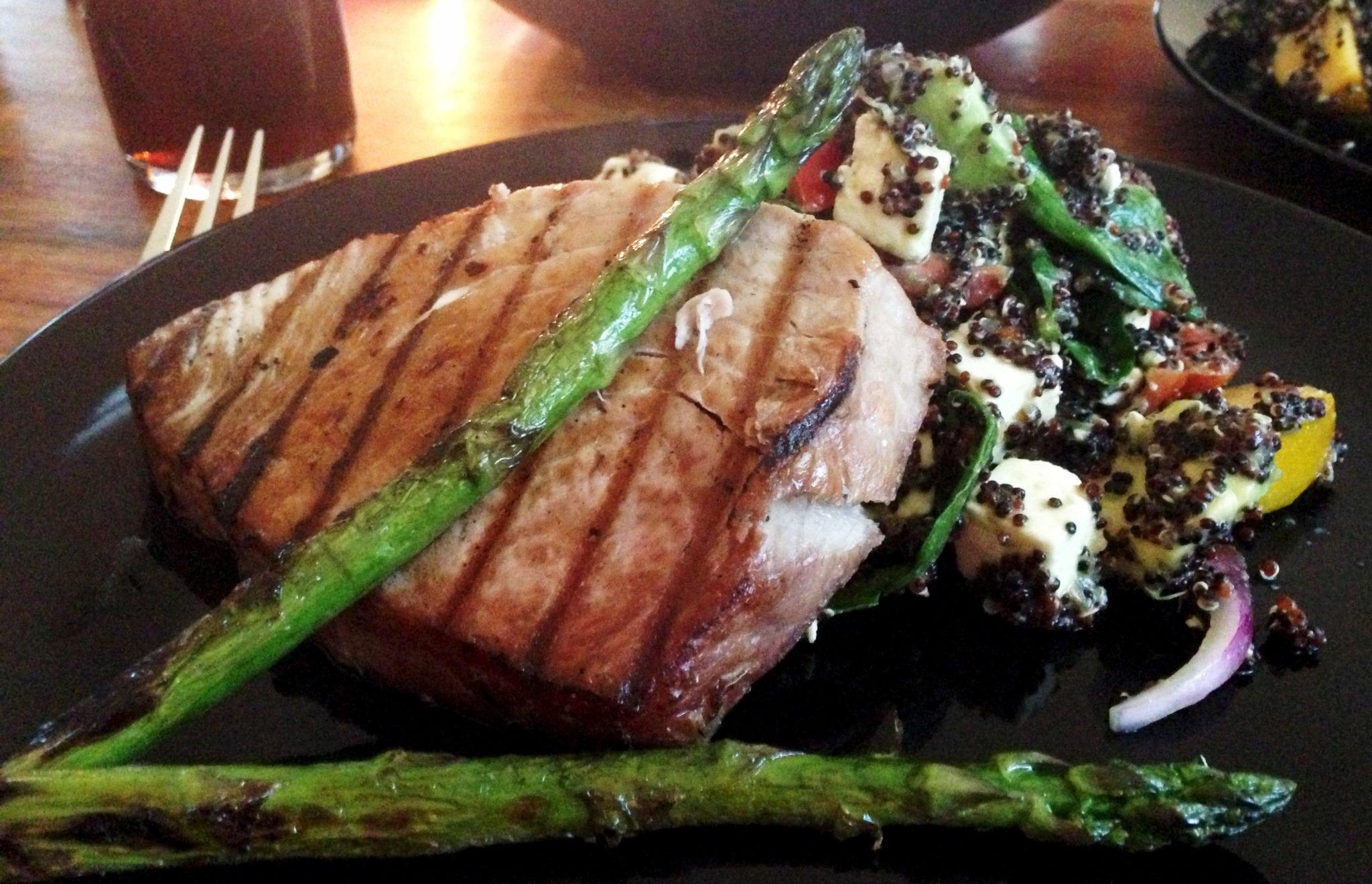 Recepttips: Grillad tonfisk med sval quinoasallad och grillad sparris