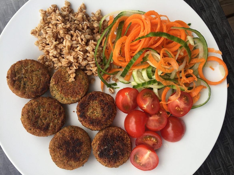 Falafel, mathavre, morötter, gurka och tomat