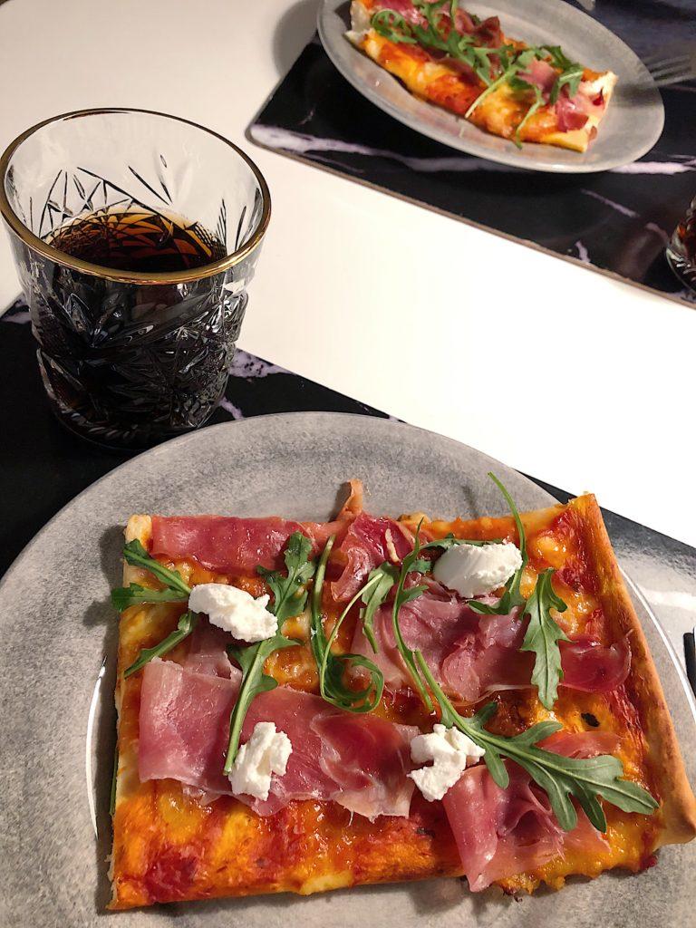 Hemmagjord pizza - parmskinka och mozzarella