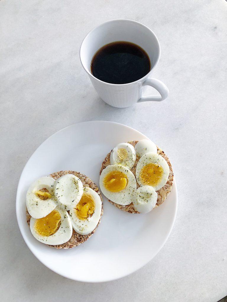 Majskakor med ägg och örtsalt