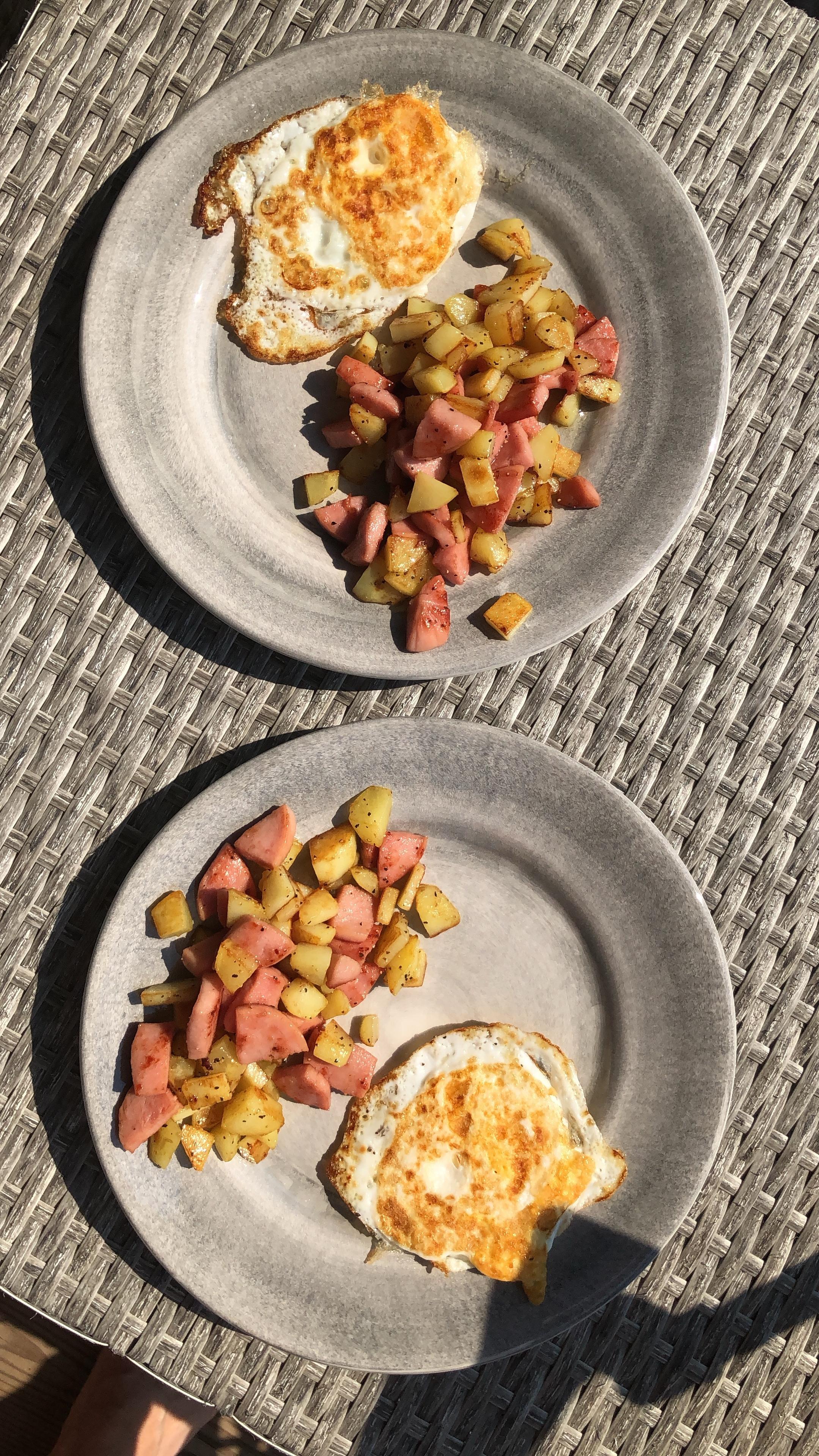 Enkel sommarlunch - råstekt potatis, korv och stekt ägg