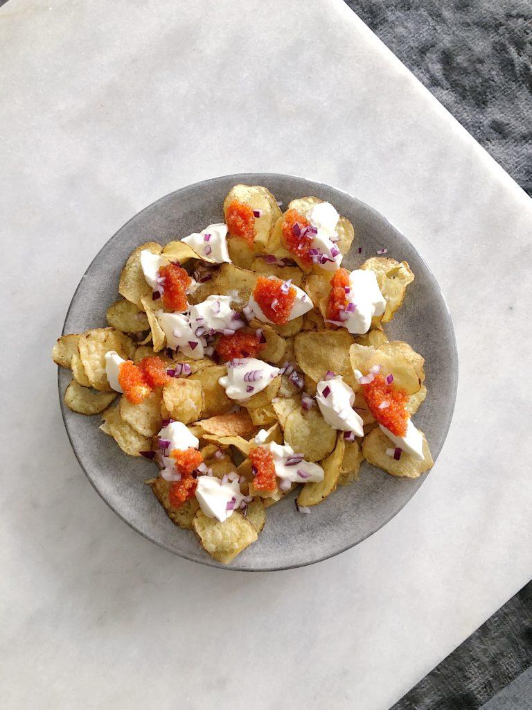 Chips med creme fraiche rom och rödlök