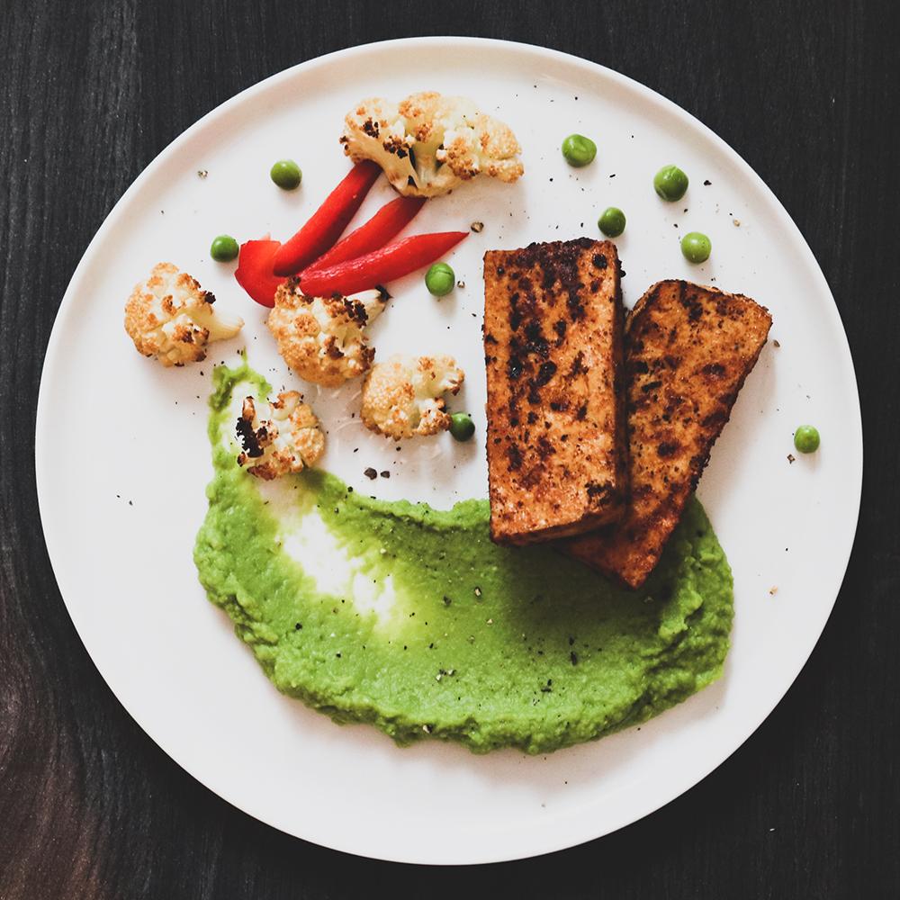 Grön ärtpuré, ugnsrostad blomkål och marinerad tofu