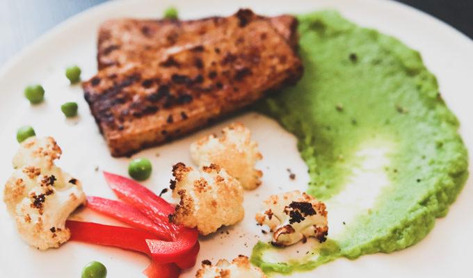 Ugnsrostad blomkål, grön ärtpuré och marinerad tofu. Veganskt recept