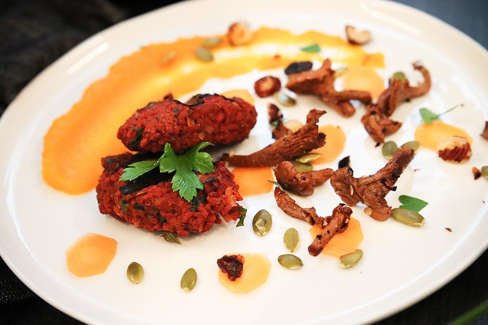 Veganska biffar, morotspuré och rostade kantareller och nötter