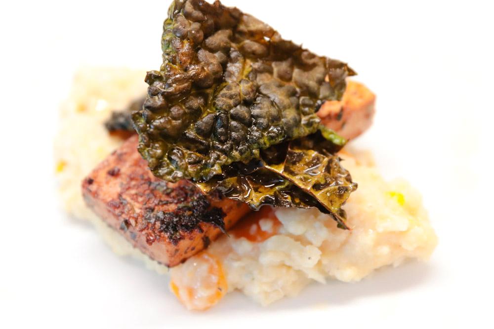 stekt tofu, blomkålsmos, svartkålschips