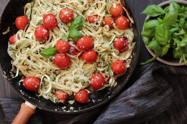 zucchinipasta med vegansk pesto