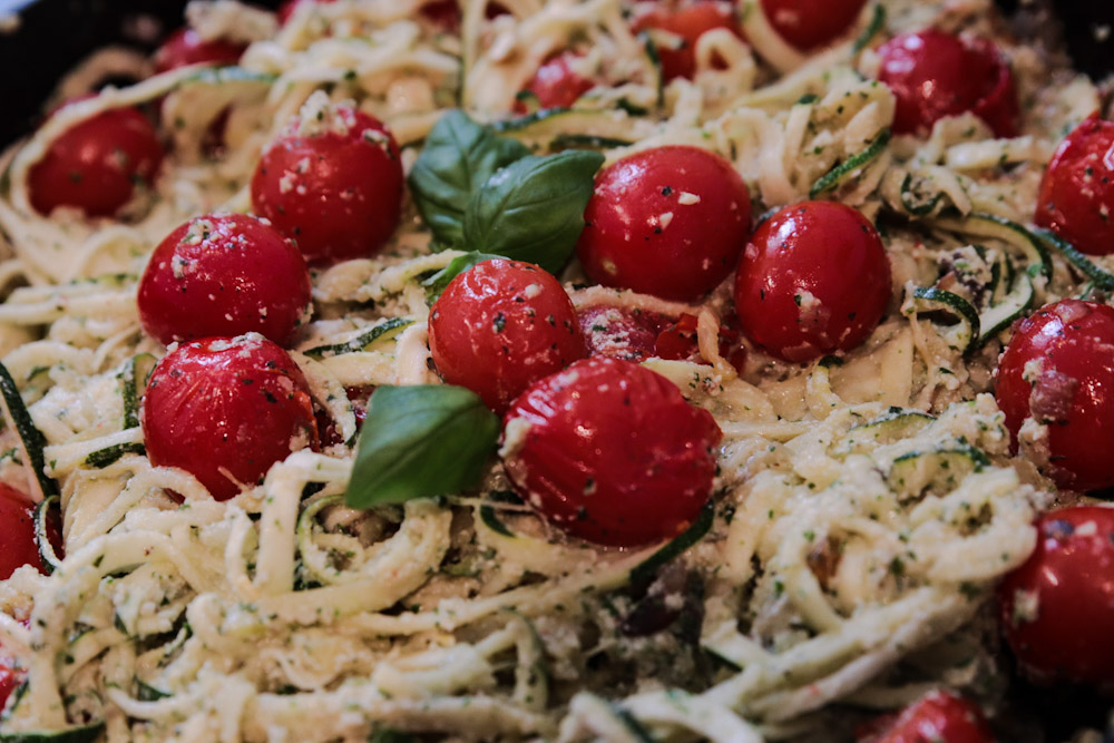 vegansk zucchinipasta zoodles med pesto
