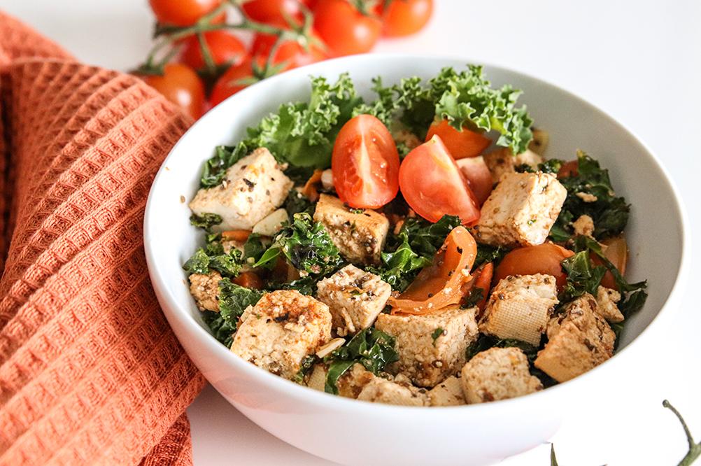 ljummen sallad med tofu, grönkål och tomat, som är en grand slam.