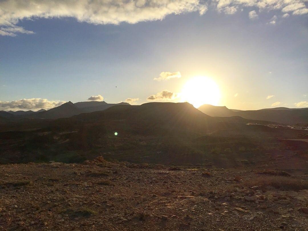 Soluppgång mot bergen