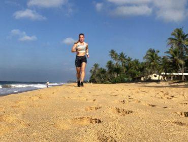 Löpning på Hikkaduwa beach