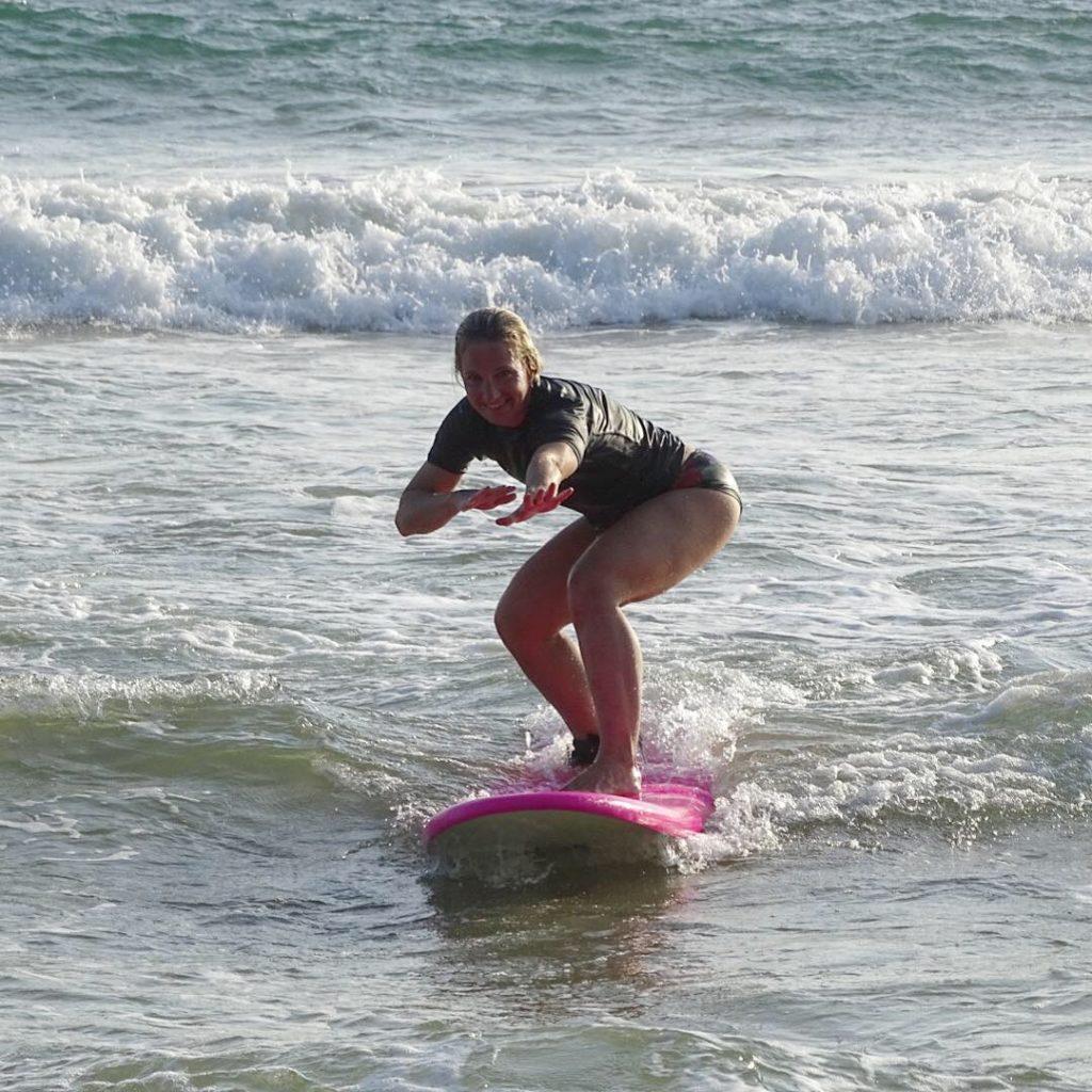 Surfning i solnedgång