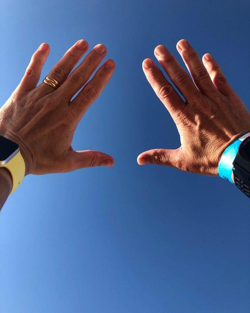 Händerna i luften