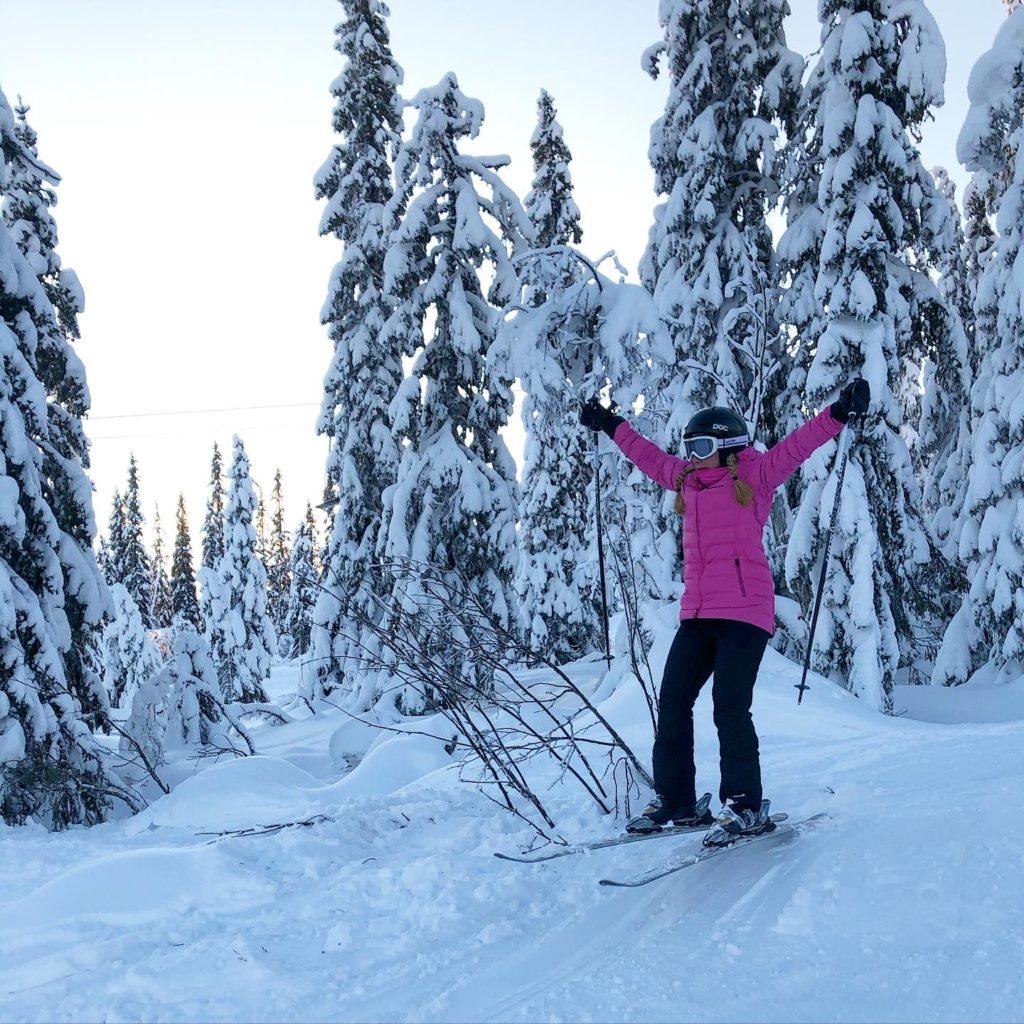 Hopp med skidor