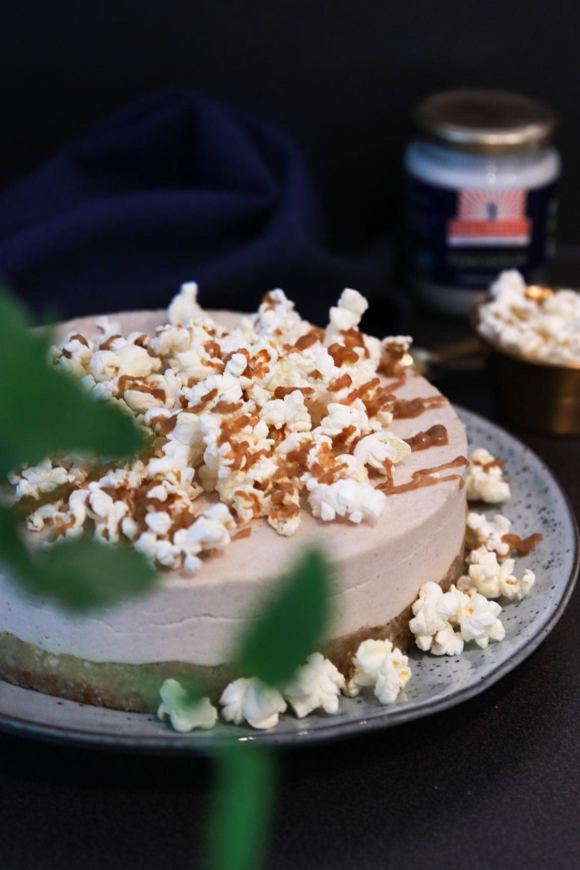 Vegansk popcorntårta med smak av salt karamell
