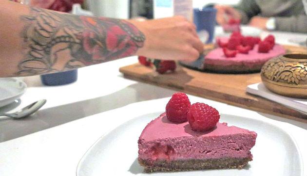 raw lakrits- och halloncheesecake