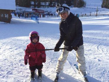 Jonna och Anna Lissjanis, skidor med barn i Lindvallen.