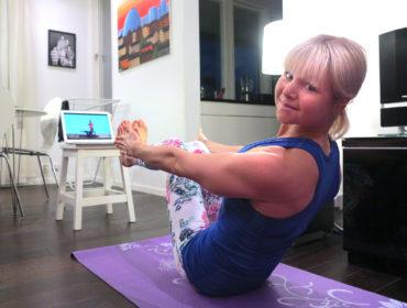 Yoga, båtens position /Anna Lissjanis