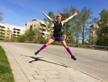 Anna Lissjanis hoppar som ett x.