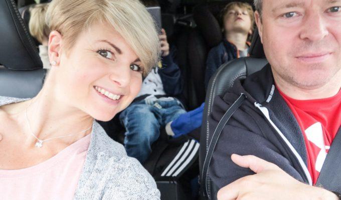 Anna och Jonas Lissjanis åker bil.