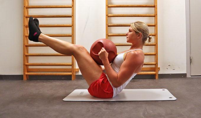 coreträning med medicinboll